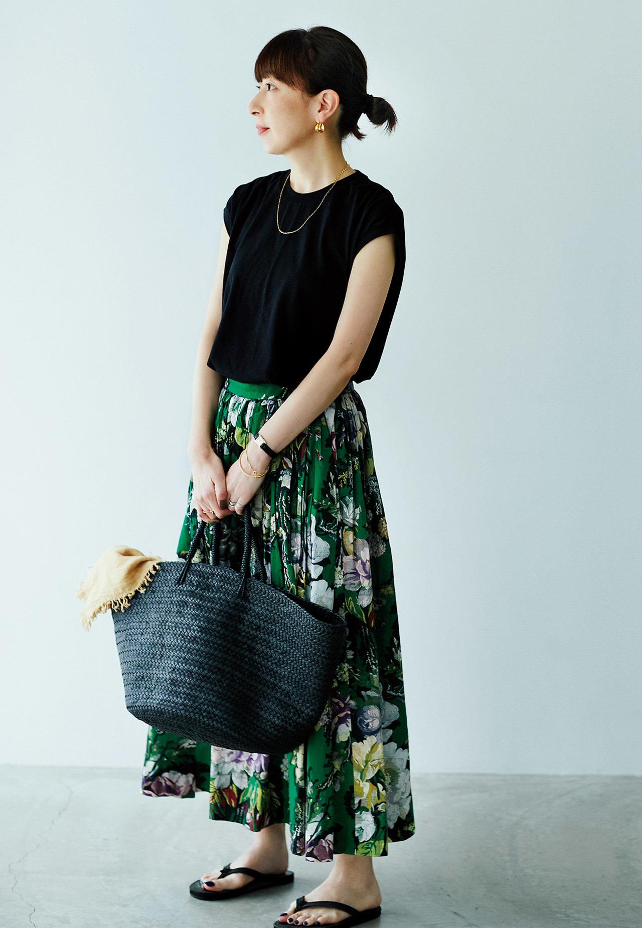 スタイリスト・徳原文子さん 黒Tシャツとプリントスカートにカゴバッグのコーディネート