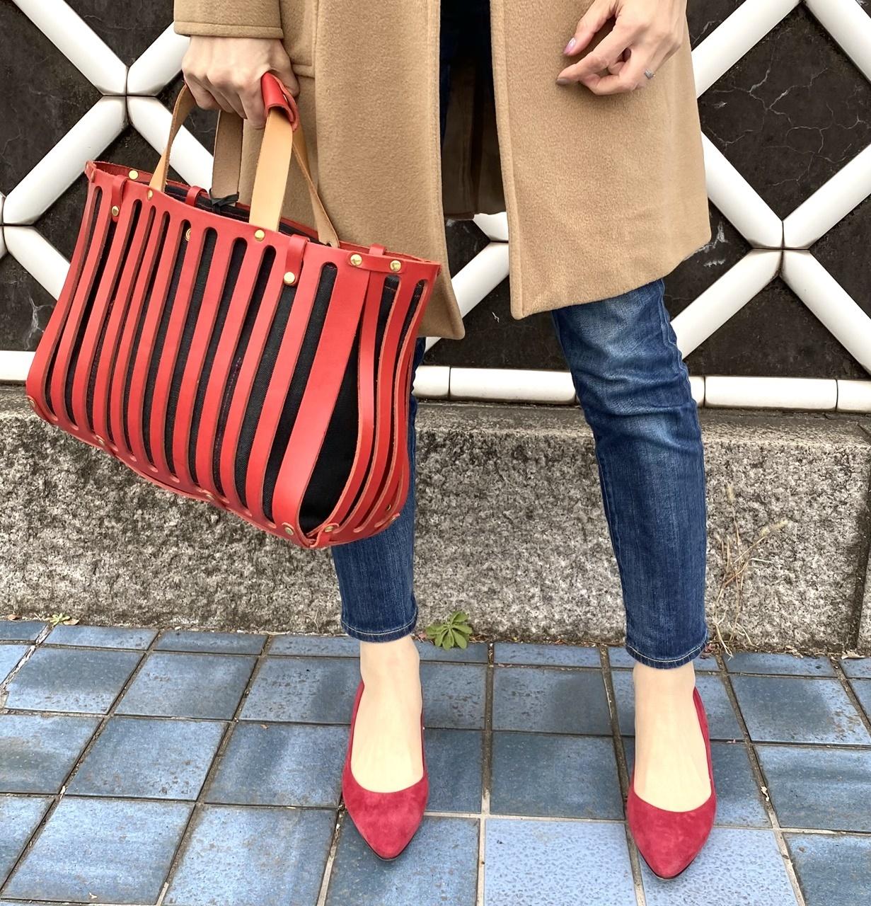 赤のバッグとシューズ