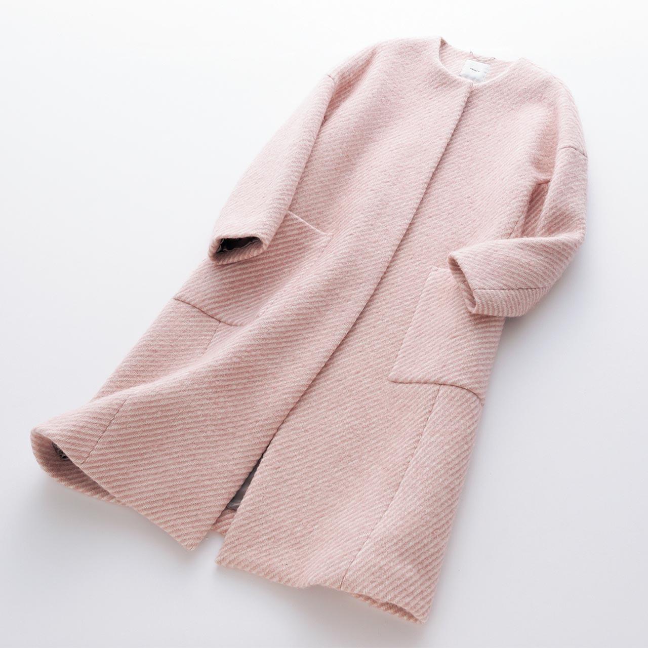 ピンクのノーカラーコート
