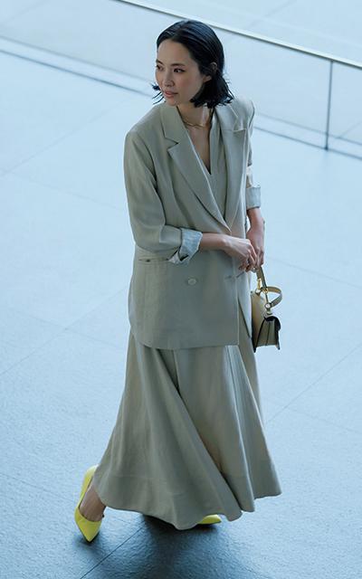 ワンピースにジャケットをはおる浜島直子