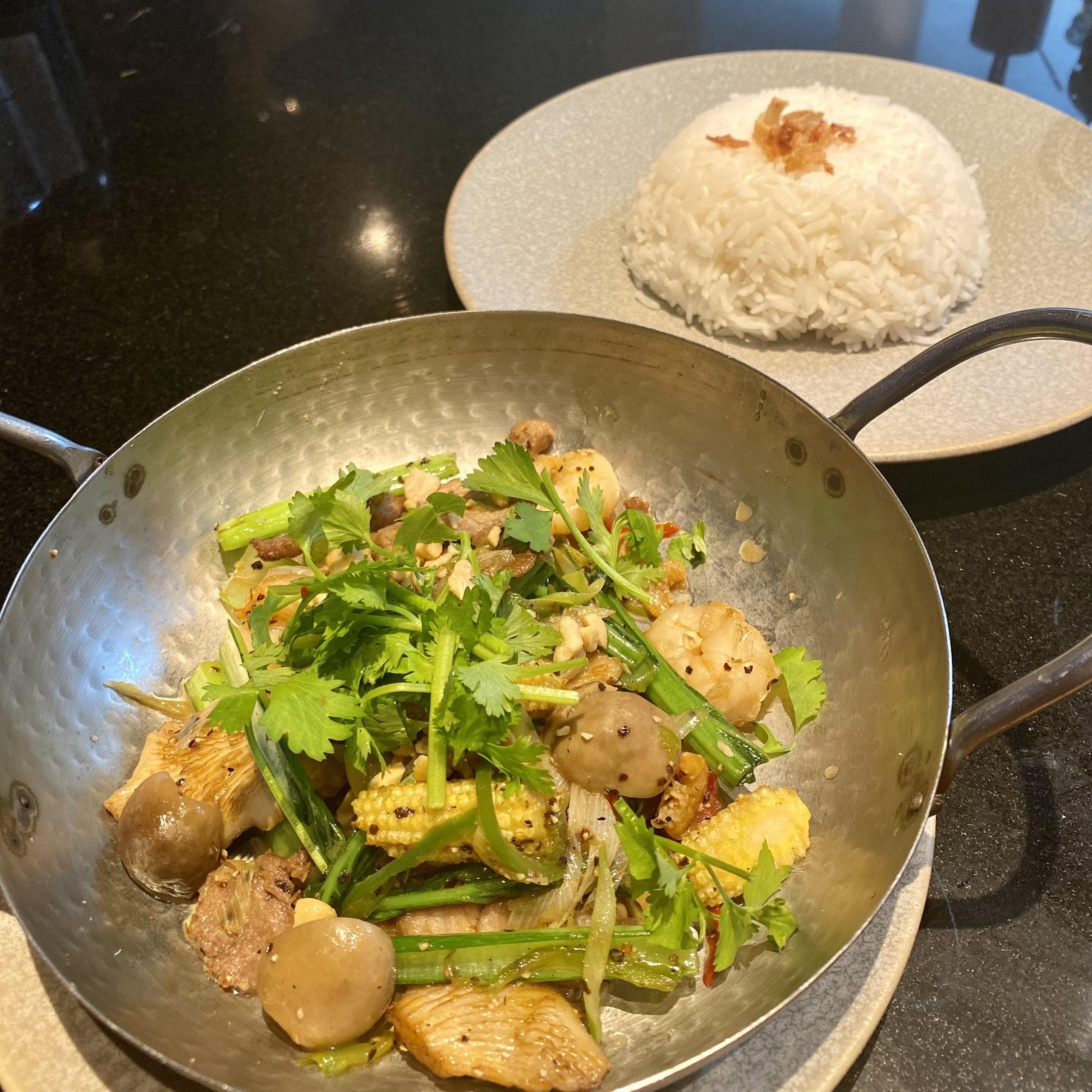豚肩肉・海老と小松菜のベトナム風黒胡椒炒め