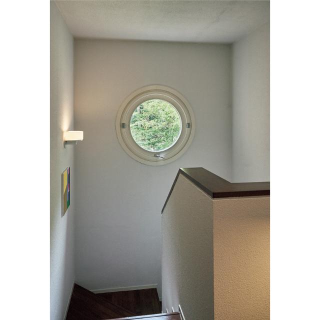 階段の踊り場に設けられた丸窓