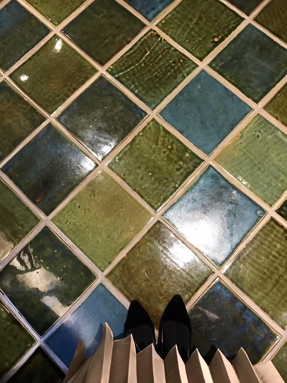 床は美しい織部焼