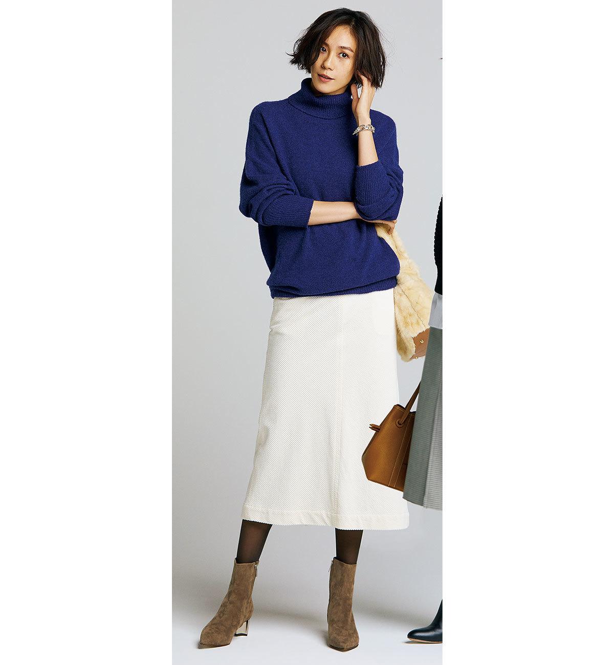 ニット×白スカート×スエードのショートブーツコーデ