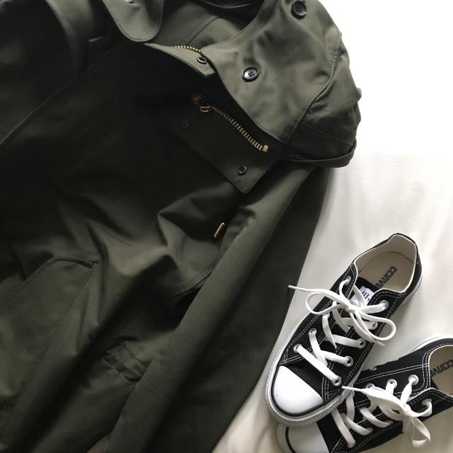 黒コンバースのローカットスニーカー×モッズコートのファッションコーデ