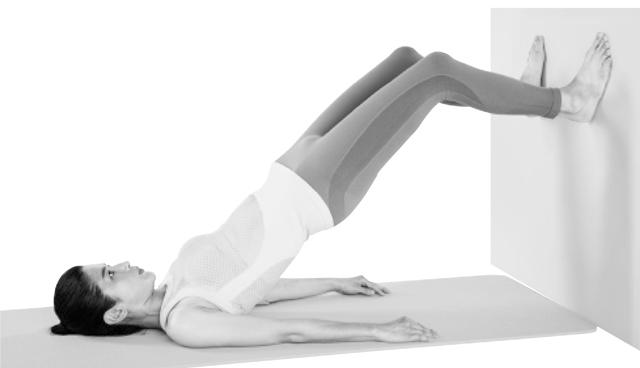 足の裏を壁につけて支えにすると腰を上げやすい