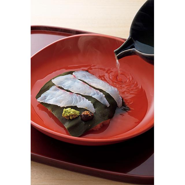 ごま味噌とわさびで味わう天然鯛のだし茶漬け。