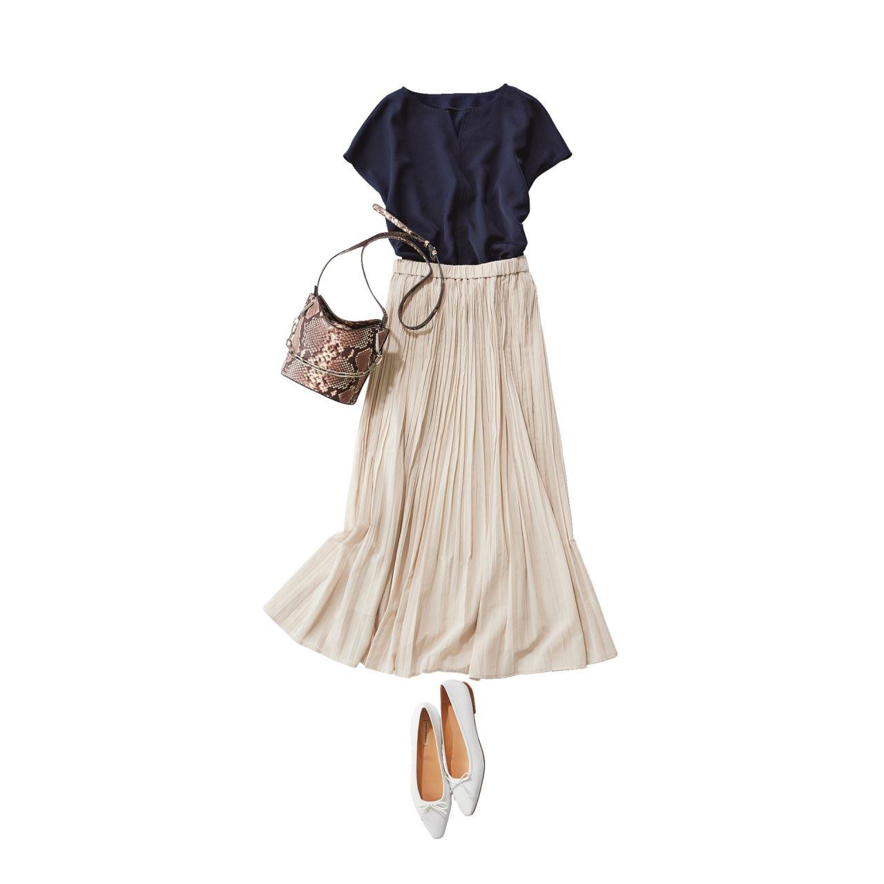 ■ネイビーのブラウス×白のプリーツスカート×フラットシューズコーデ