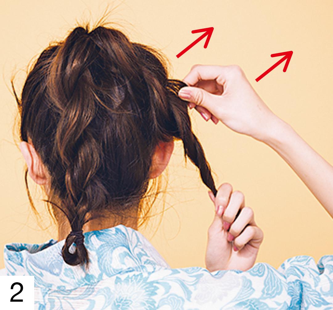分けた毛束の片側をさらに2つに分け、各々ねじる。ねじった毛束を交差させ毛先を輪っか状に折ってゴムで留める。左右両方できたら、毛束を引き出し立体感を出す。
