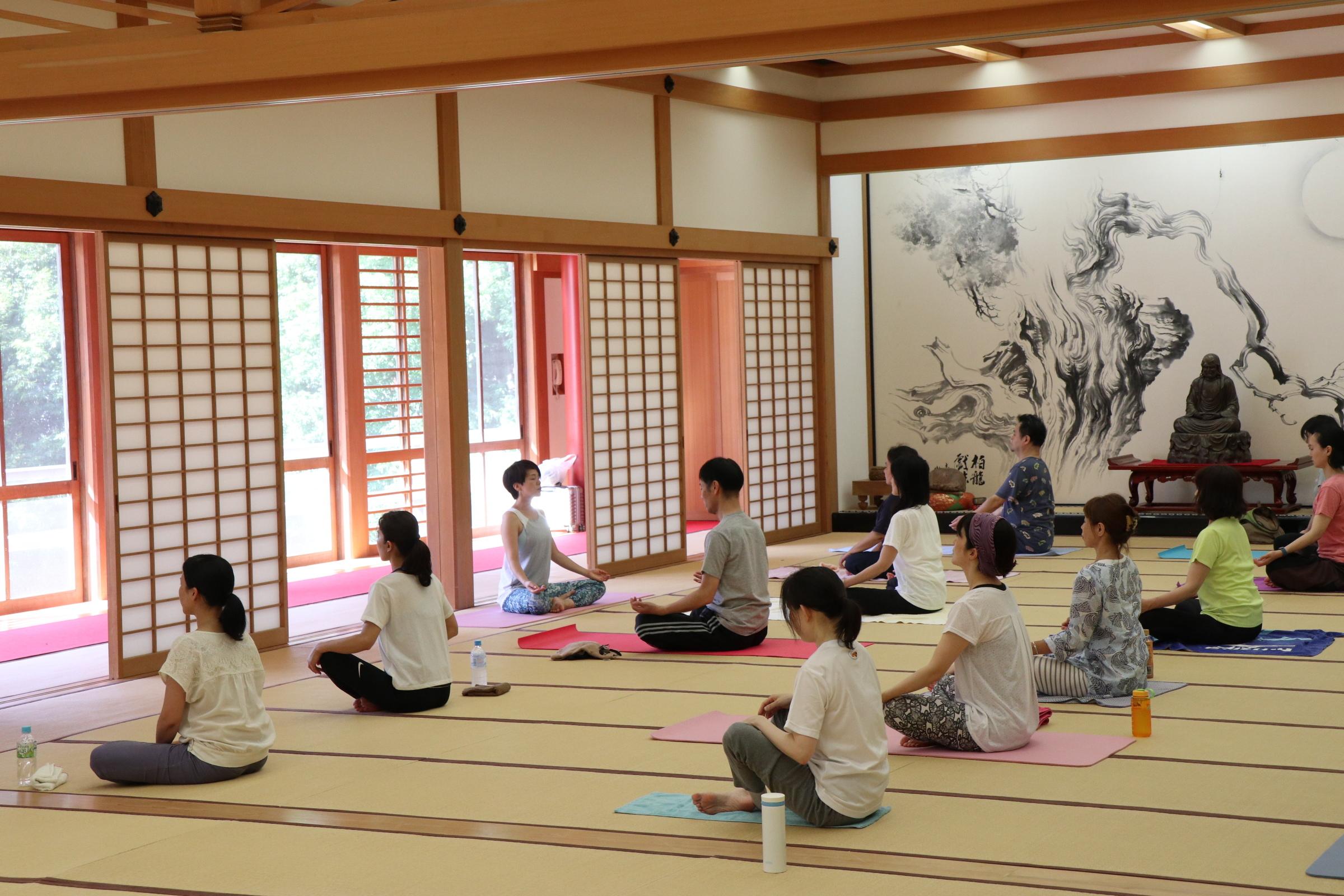 お寺での座禅とヨガ_1_2