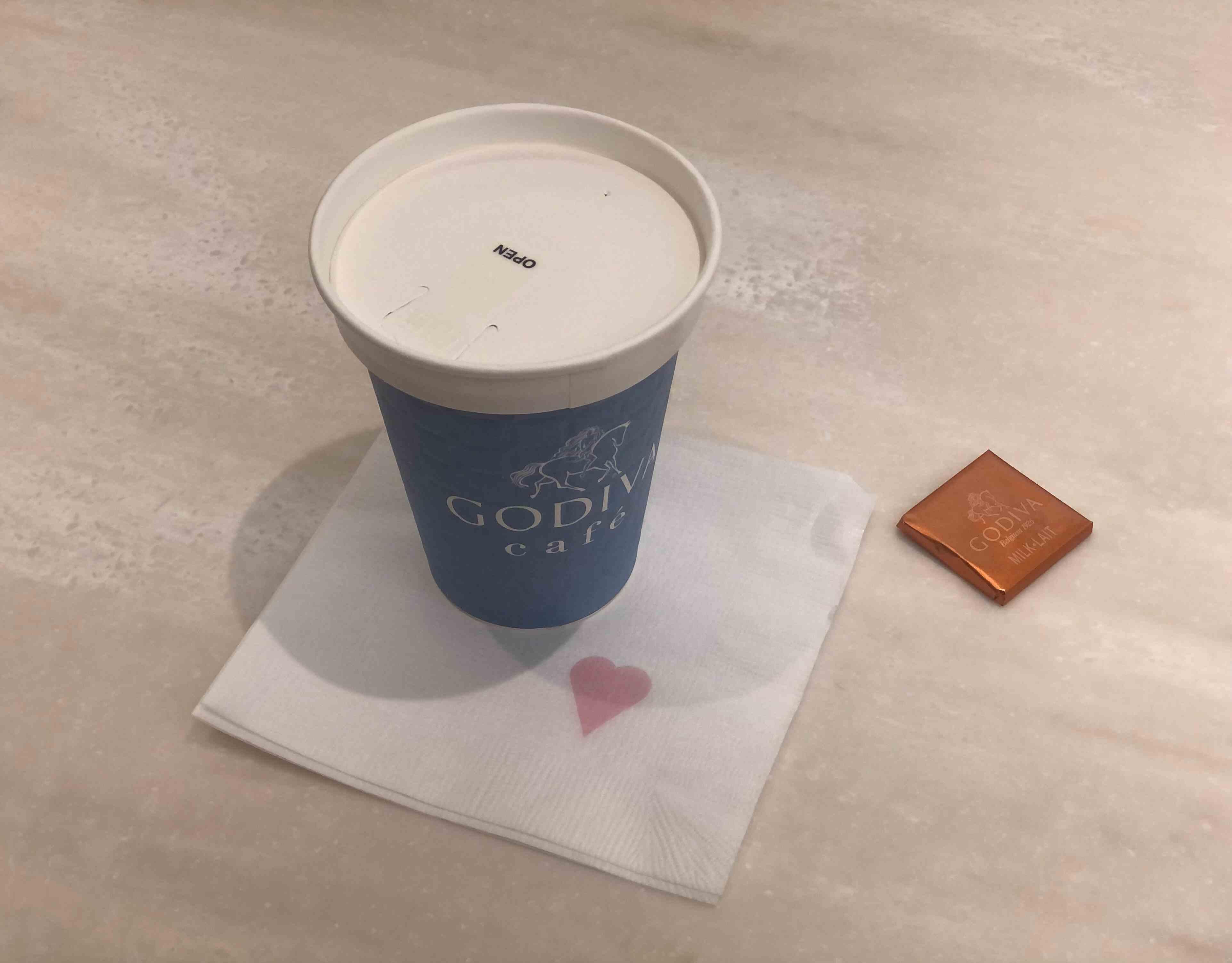 ゴディバカフェのカフェラテ。ゴディバのチョコがサービスでいただける。