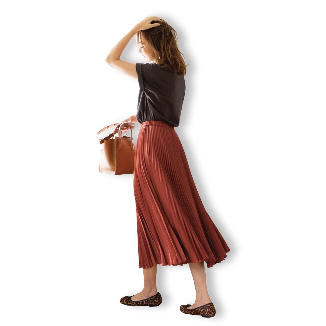 Tシャツ×プリーツスカートの「スパイス ブラウン」コーデ