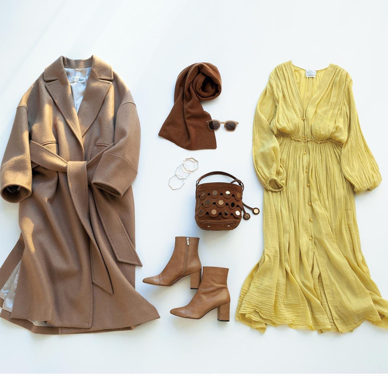 ベージュのコート、イエローのワンピース、ブラウンのストール、ブラウンのバッグ、ベージュのブーツ
