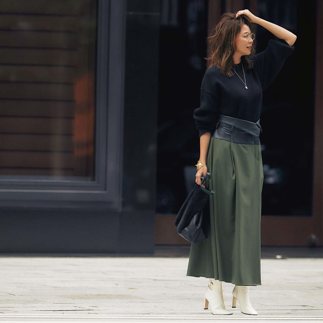 白のショートブーツ×ニット×ロングスカートコーデを着たモデルのSHIHOさん