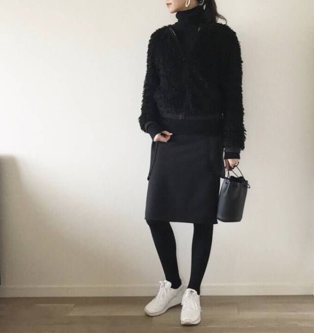 大人のオールブラック×白スニーカーコーデ【40代のハイ&ローmixコーデ】_1_2
