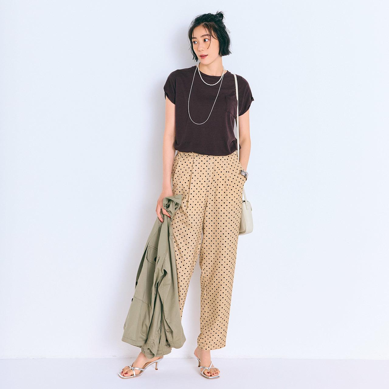 ブラウンTシャツにベージュドット柄パンツのコーディネート