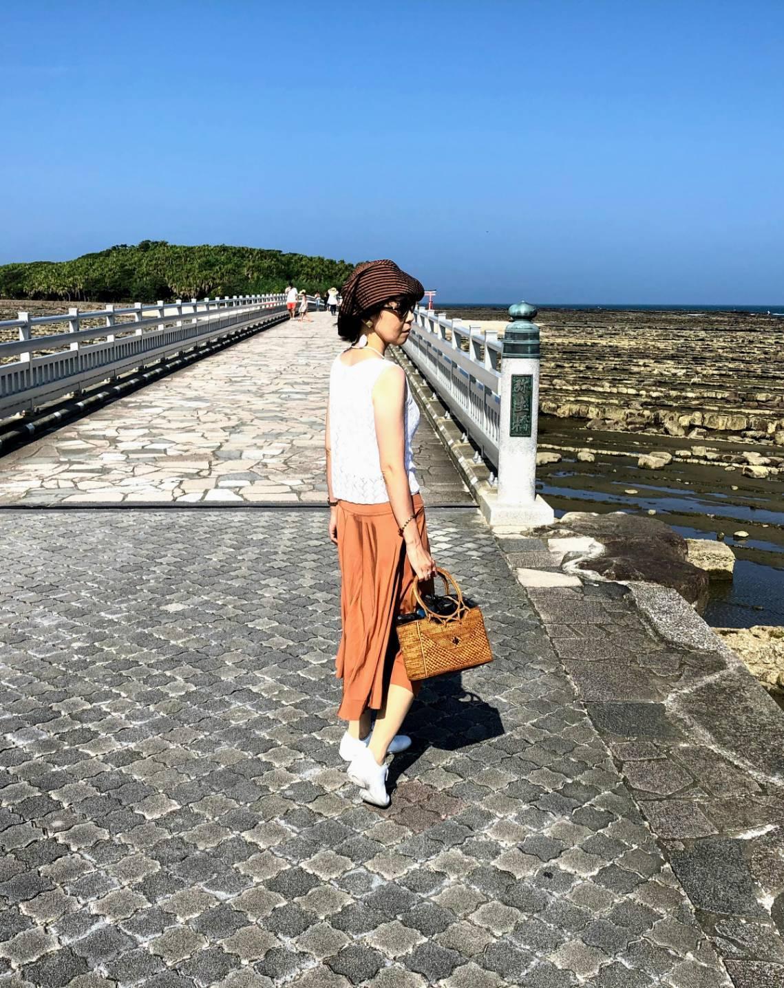 灼熱の太陽に照らされながら橋を渡り青島神社へ。左右には国の天然記念物、鬼の洗濯板が広がっています