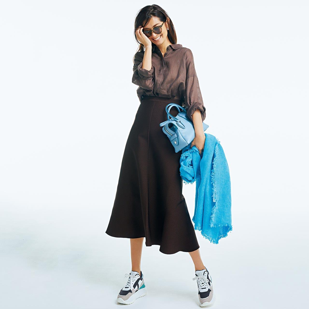 ブラウンのシャツ&スカート×ブルーのストールコーデを着用したモデルのブレンダ