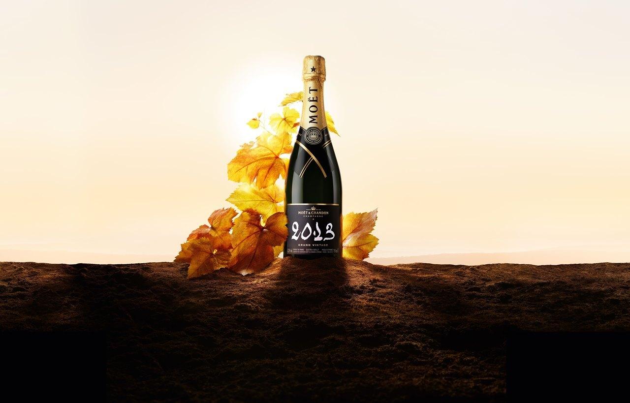 口に含んだ瞬間に熟成感のある秋の香りが広がる「グラン ヴィンテージ 2013」。 繊細な酸味と、上品で力強い口当たり、かすかな苦みのあるフィニッシュが特徴。「モエ・エ・シャンドン グラン ヴィンテージ 2013 ギフトボックス」¥10,560