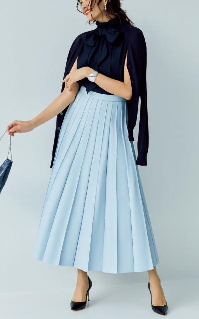 ほんのり甘めな着こなしのプリーツスカートコーデのRINA