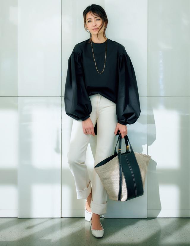 50代の新定番!今どきコーデは『白デニム・ベージュT・黒スカート』に決まり