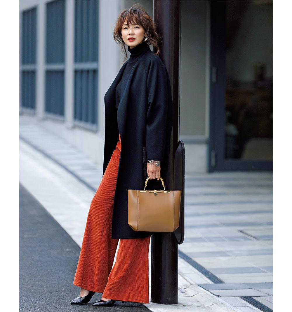 黒のロングコート×コーデュロイパンツのファッションコーデ