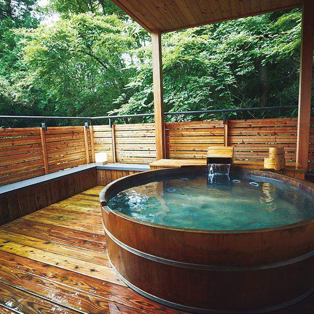 テラスに大きな温泉露天風呂がある10号棟では、星空を眺めながらゆったり温泉を楽しんで
