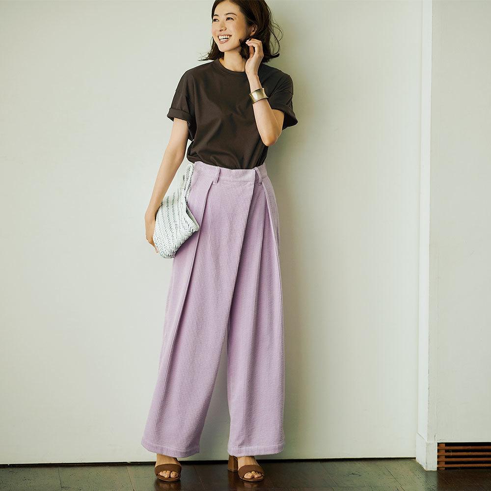 ファッション ブラウンTシャツ×ワイドパンツコーデ