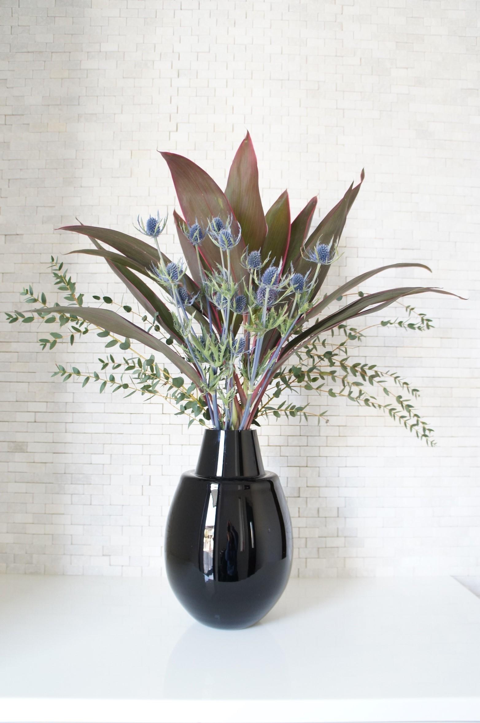 存在感のある葉や花器を