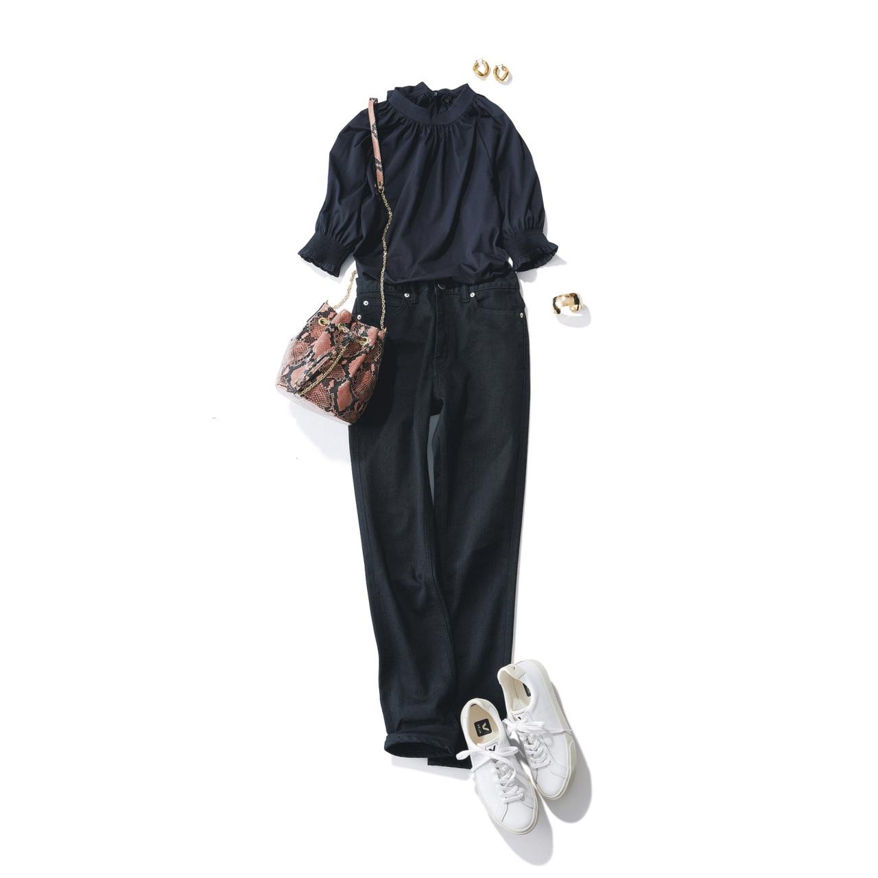 黒デニム×スニーカーのファッションコーデ