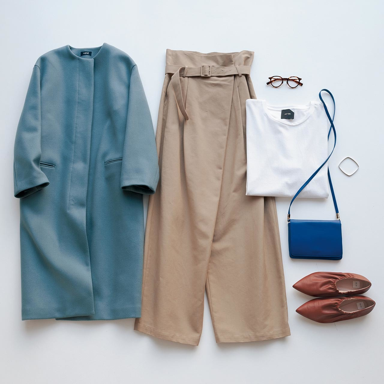 ブルーのアウター、ベージュのパンツ,白Tシャツ,メガネ、ブルーのバッグ、ブラウンの靴