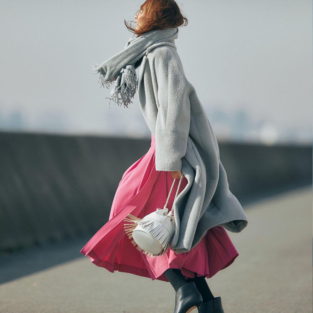 グレーコート×ピンクスカートのファッションコーデ