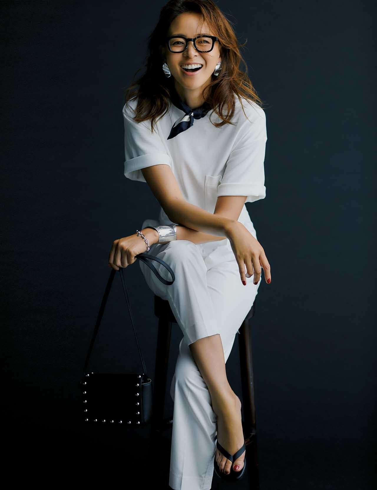 MUJI Laboの白Tシャツ×白のセンタープレスパンツコーデを着たモデルのSHHOさん