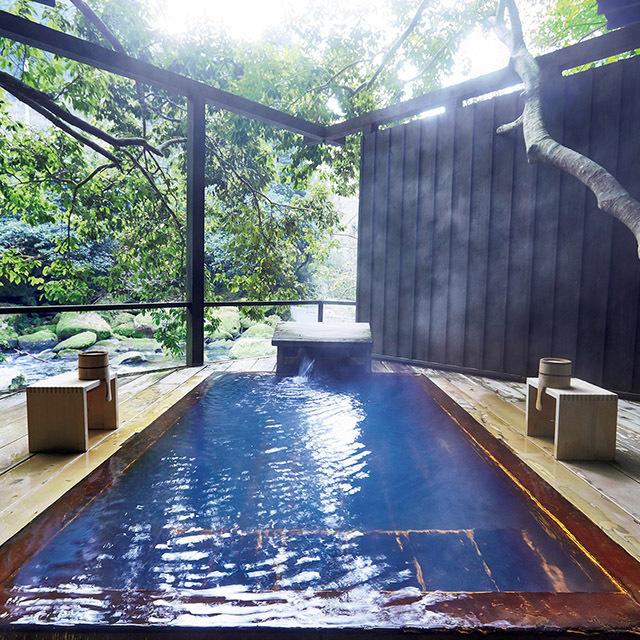 貸し切り露天風呂「七実の湯」 天降川(あもりがわ)に突き出すように造られた檜の湯ぶねからは芳しい香りが