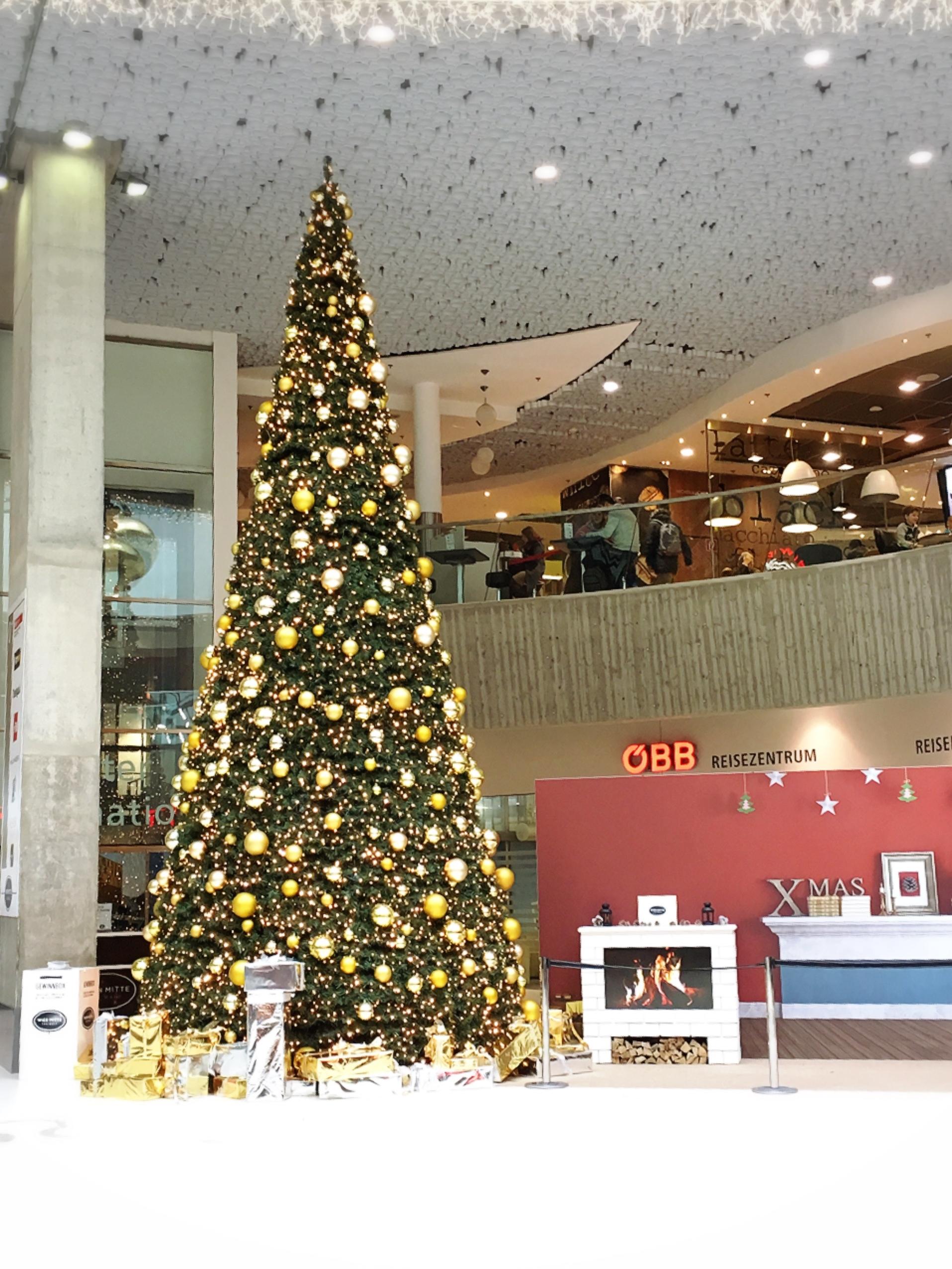 今年のウィーン西駅の巨大クリスマスツリー_1_3