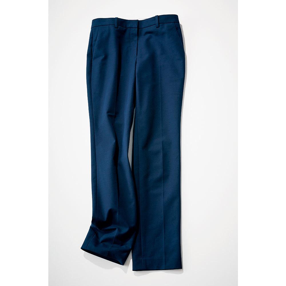 アラフォーファッションの大定番ネイビーの細身パンツ
