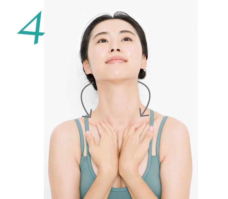 4. 首の後ろに左右の手のひらを当てて、後ろから鎖骨へ向かって押し流す。これを3回。