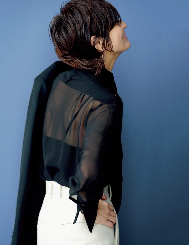 透け感のあるシルクシャツコーデの富岡佳子