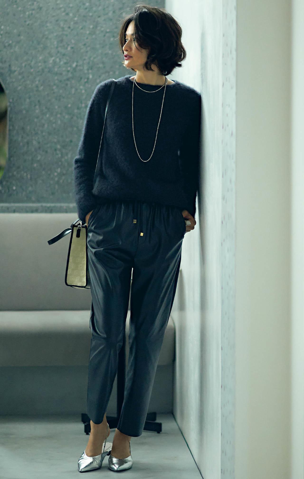 ニット×レザーパンツコーデを着たモデルの渡辺佳子さん