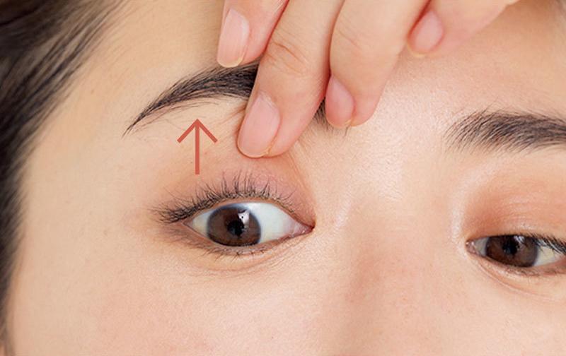 基本のアイラインのひき方2上まぶたを引き上げてまつ毛のすき間を顕に