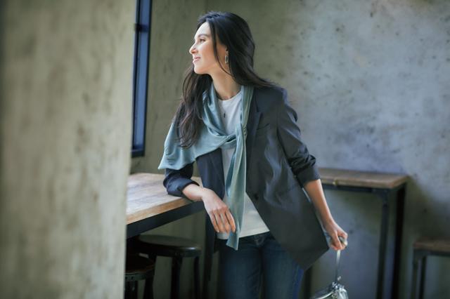 肩かけニットでシャープな影をつくった細見せスタイルの田沢美亜