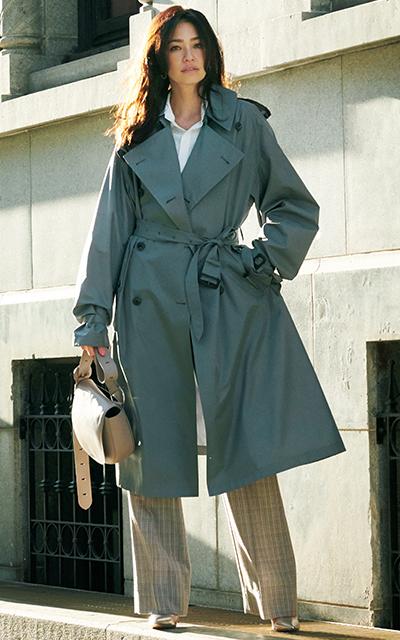 グレーのトレンチコートを着るRINA