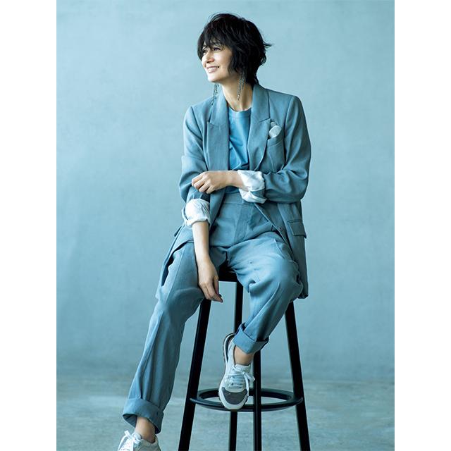 富岡佳子 今らしいこなれ感が魅力の、小粋なグレイッシュブルー