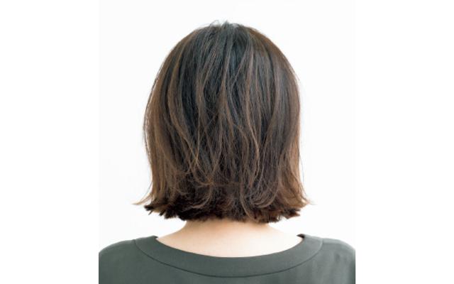 重め前髪と外ハネ、ハイライトでボリュームアップしたボブのバック