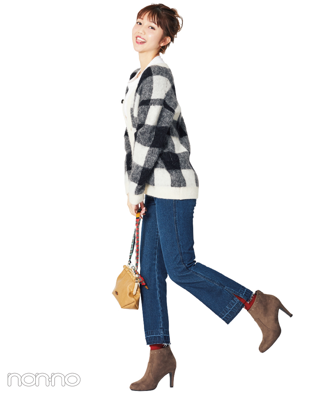 【ショートブーツコーデ】絶対的に可愛い、デニムとブーツと赤ソックス♡