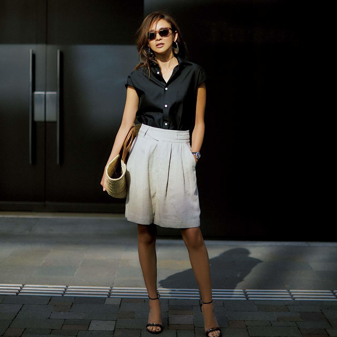 ブラックの半袖シャツ×ショートパンツコーデを着たモデルのSHIHOさん