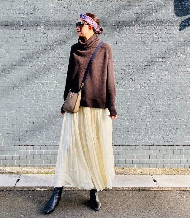 白スカートとブラウンニットのコーデ