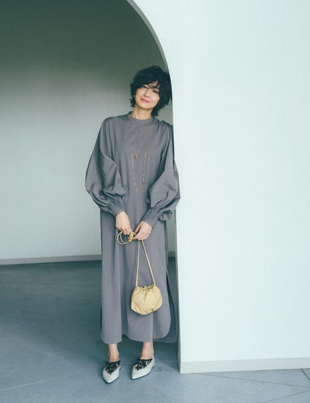 富岡佳子のボッテガ・ヴェネタのミニバッグ×モードな靴
