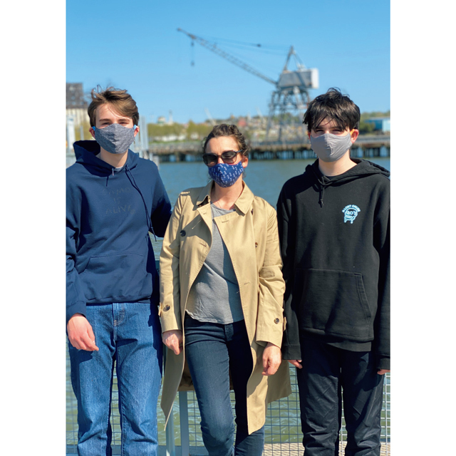❶息子ふたりとマスク姿で近所の運河沿いを散歩中