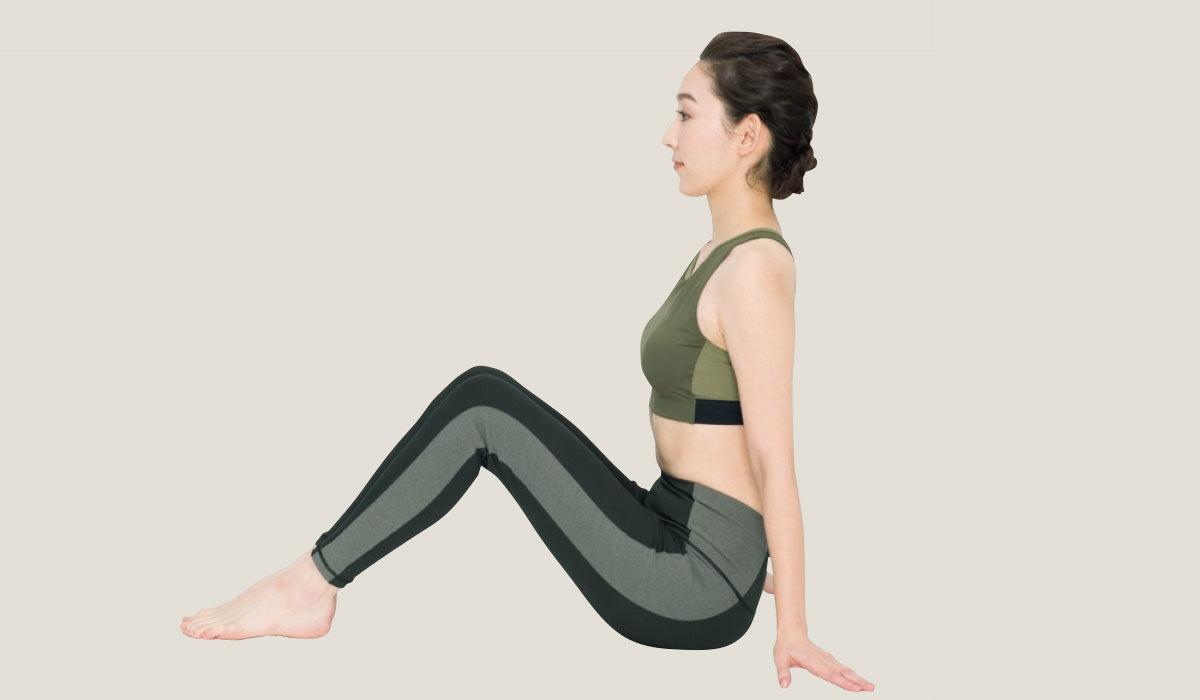 1.床に座り、両膝を軽く曲げる